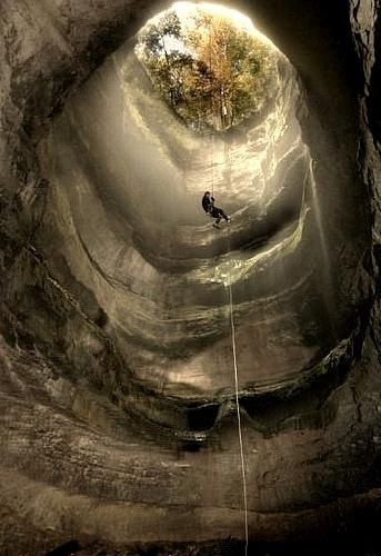 The Neversink Pit Sinkhole near Scotsboro / Alabama